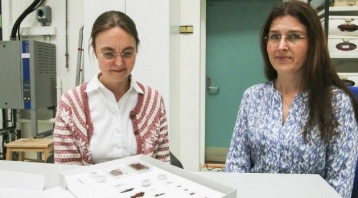 Fragmentene de har studert er veldig små. Men med professor Bodil Holsts mikroskop og konservator Hana Lukešovás tekstilkunnskaper, kan vi nå med sikkerhet si hvilket materiale vikingenes undertøy var laget av. (Foto: Ida Bergstrøm)