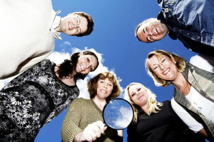 Forskarane må ofte ty til lupe når dei skal tyde handskrift frå mellomalderen. Forskargruppa ved UiS har halde på i snart ti år. Her er gjengen i 2008: Martti Mäkinen, Nedelina Naydenova, Merja Stenroos (prosjektleiar), Vibeke Jensen Bratland, Hildegunn Støle og Kjetil V. Thengs. (Foto: UiS)