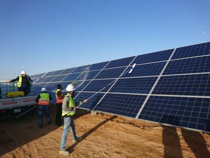 Manuelt renhold ved Scatec Solar sitt anlegg i Jordan. (Foto: Mohammad Ba'ra)