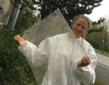 Forsker Birgit Ryningen undersøker hvor mye ulike forurensende belegg hindrer solcellenes effektivitet. Her er hun utenfor Sintefs dagslyslaboratorie. (Foto: Christina Benjaminsen)
