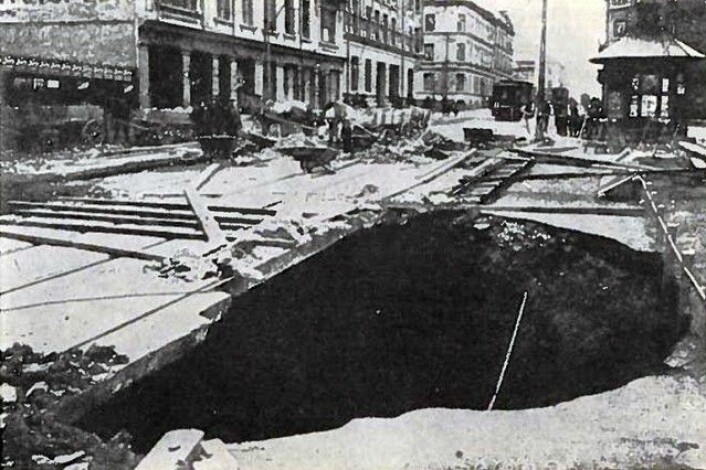 Et stort synkehull oppsto i Valkyriegaten etter at 800 kubikkmeter dundret ned i den utgravde tunnelen den 24. oktober 1913. (Foto: Ukjent. Hentet fra boken «Norge under Haakon VII» av Odd Hølaas.)