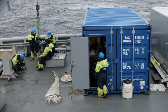 KV «Svalbard» har ikke de samme fasilitetene som et rendyrket forskningsfartøy. Da tar forskerne med seg denne konteineren med innebygget laboratorium. (Foto: Eivind Torgersen)