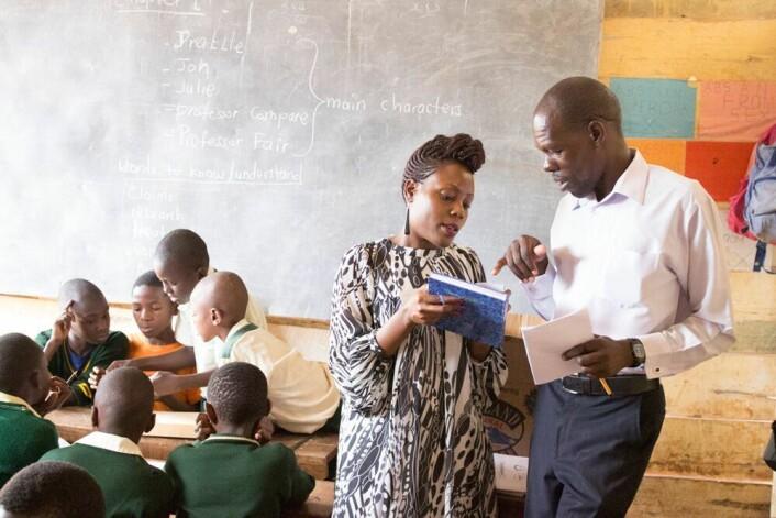 Vi må begynne med barna, mener forsker Allen Nsangi. Om de lærer å kritisk vurdere påstander, kan de ta bedre beslutninger om eget liv som voksne. Her diskuterer hun undervisningsopplegget med en skoleadministrator i Uganda. (Foto: Matt Oxman/Informed Health Choices)