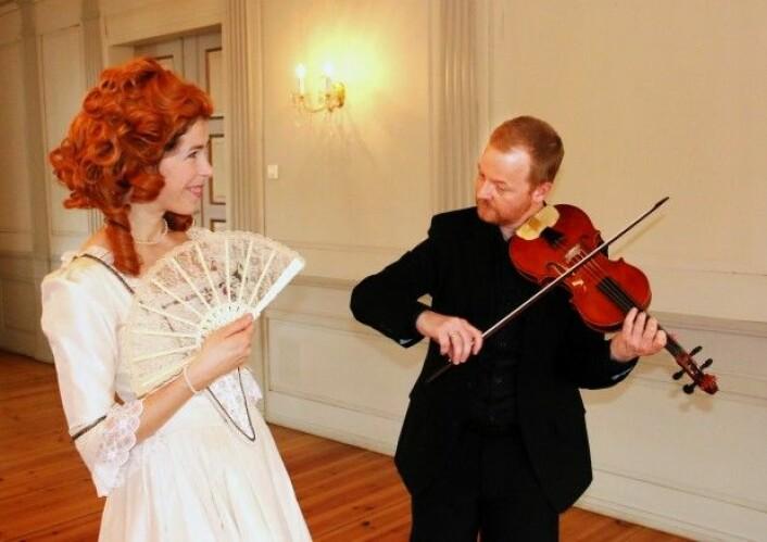 Dansekunstner Elizabeth Svarstad og Sigurd Imsen i menuettmodus. Sigurd Imsen spiller barokkfiolin i Norsk Barokkorkester, og er også ansatt i førstefiolinistgruppen i Trondheim Symfoniorkester. (Foto: Idun Haugan/NTNU)