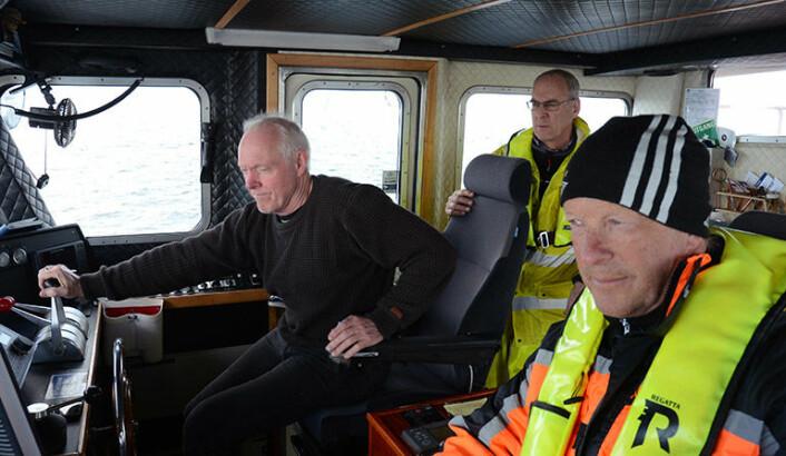 Toktdeltakerne på skjellsandtoktet rundt Smøla i vår. Fra venstre skipper Oddvar Longva, geolog Reidulv Bøe og maskinist Rolf Myhren. (Foto: NGU)