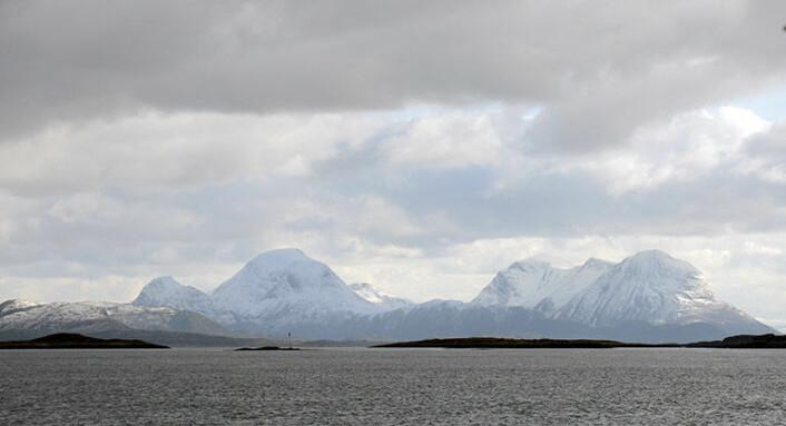 Slik kan toktarbeidet fortone seg fra styrhuset på FF Seisma; vakker nordmørsnatur utenfor Smøla. (Foto: NGU)