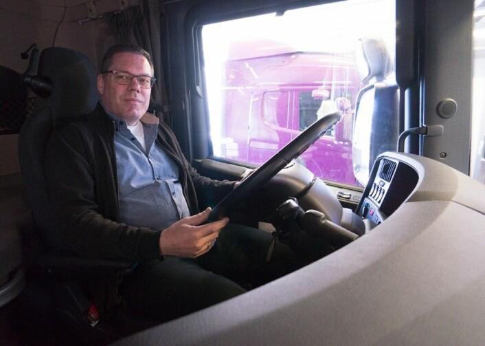 Rekruttering er viktig for utviklingsleder Bjørn Iversen i Kongsberg Automotive, her bak rattet i lastebilen han besøkte NTNU med tidligere i år. (Foto: Arnfinn Christensen, forskning.no)