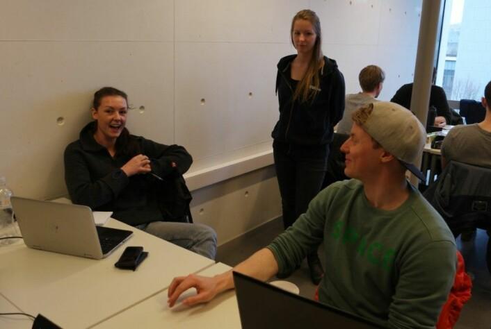 I full fortrolighet: Veiledningassistent Martine Gran (bak) satser på aha-opplevelser fra studentene selv i møtet med Lene Finsveen og Ole Øystein Barsch. (Foto: Arnfinn Christensen, forskning.no)