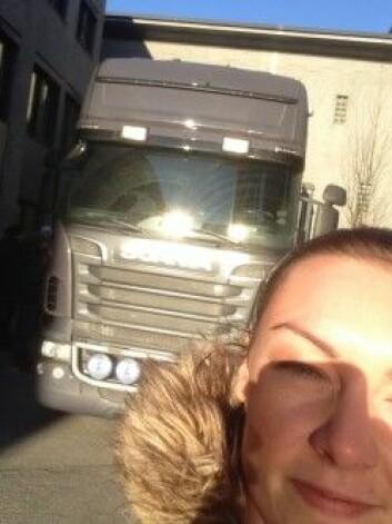Populært besøk fra Kongsberg Automotive: NTNU-student Lene Finsveen tok selfie foran en av lastebilene fra bedriften. (Foto: Lene Finsveen)