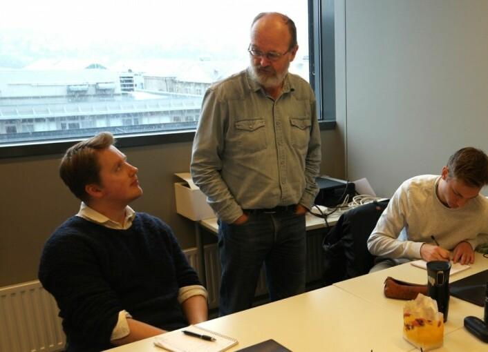 Hvordan går det med planleggingen av den selvstyrte lastebilkolonnen? Svein-Olaf Hvasshovd peiler framdriften i gruppa til Jonas Gunnarshaug Lien og Anders Magnus Gildberg. (Foto: Arnfinn Christensen, forskning.no)