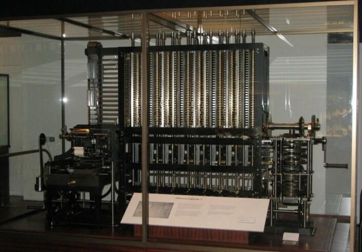 """Difference Engine nummer 2: En maskin som, ifølge matematikk.no, skulle kunne regne ut komplekse operasjoner kun ved hjelp av mekanismen for addisjon. (Foto: Geni, <a href="""" http://creativecommons.org/licenses/by-sa/4.0/ """">Creative Commons</a>)"""