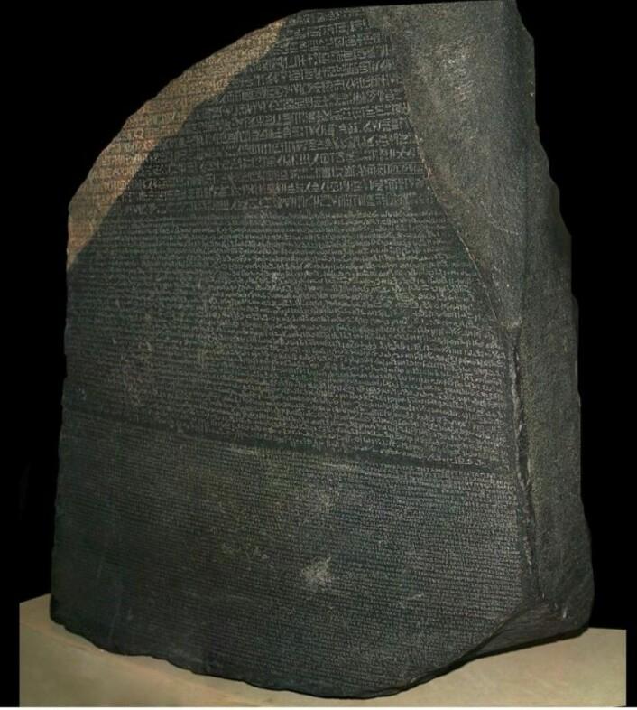 """Inskripsjonen på Rosetta-steinen er fra år 9 av Ptolemaios 5s regjeringsperiode (196 f.Kr.). Ifølge Store norske leksikon beskriver teksten en pakt mellom kongen og tempelvesenet i Egypt.(Foto: Hans Hillewaert,<a href=""""http://creativecommons.org/licenses/by-sa/4.0/deed.no"""">Creative Commons</a>)"""
