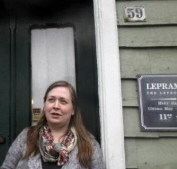 Historiker Grete Eilertsen ved inngangen til Lepramuseet, St. Jørgens Hospital i Bergen.(Foto: Andreas R. Graven)