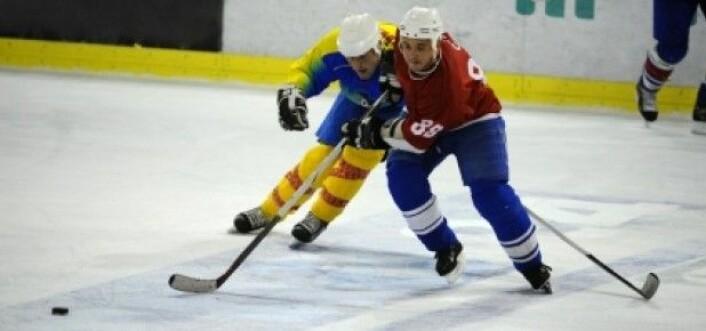 Ishockeyspillere skades i sammenstøt i høy fart. (Foto: iStockphoto)