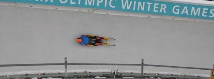 Amerikaneren Matt Wolbach suser gjennom akebakken i Utah Olympic Park (Foto: Gwolbach/Wikimedia Commons)